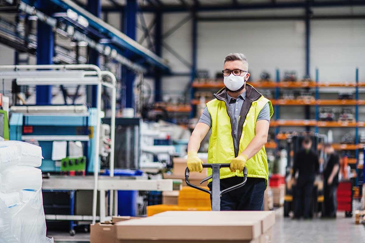 Salarié portant un masque au travail