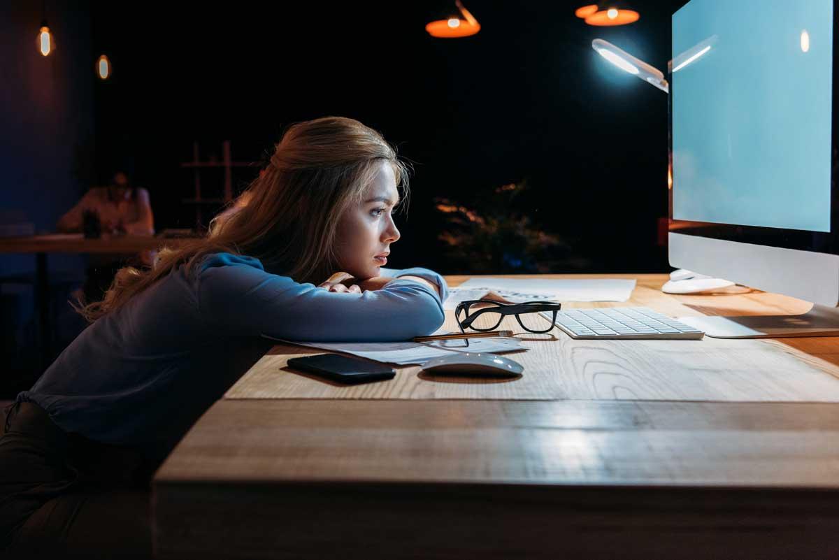 Femme devant un écran
